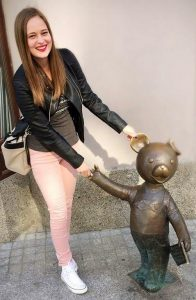 Vesna Bukovec in medvedek Uhec (osebni arhiv)