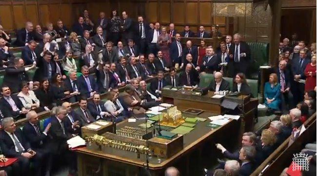 Brexit pade, a Mayeva še stoji: mar ti Britanci sploh kaj razumejo?