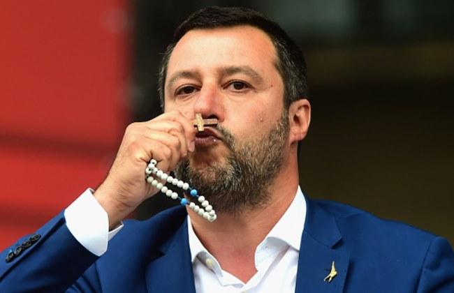 Salvini Italijane priporočil Devici Mariji in ponovno razburil vrh Cerkve