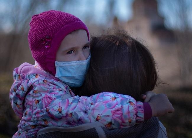 Otroci po prebolelem covidu-19 z vnetjem več organov, hude posledice tudi pri odraslih